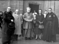 """""""Eibar. Monseñor Atanasio Jauregui, obispo vicario apostólico de la misión pasionista del Perú con el alcalde y archipreste de Eibar"""""""