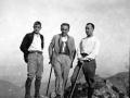 Indalecio Ojanguren, el hermano Donato y Amós Ruiz en la cumbre de Urdaburu