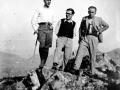 Montañeros en la cumbre de Urdaburu