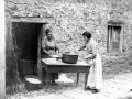 Dos mujeres haciendo bizcochos