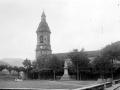 Estatua de Iparraguirre en la plaza y la iglesia