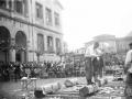 Concurso de aizkolaris entre un aizkolari de Mendaro contra dos de Azkoitia en la plaza de las escuelas de Elgoibar
