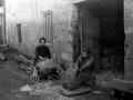 Dos mujeres haciendo cestos en Urnieta