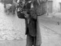 Campesino con el cesto lleno de nabos