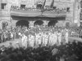 Dantzaris ante el ayuntamiento de Antzuola