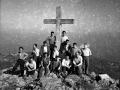 Grupo de montañeros en la cruz de Arno