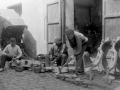 Hombres haciendo yugos en Azpeitia