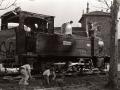 """Niños jugando junto a la locomotora de vapor """"Aurrera"""", al lado de la Universidad de Oñati"""