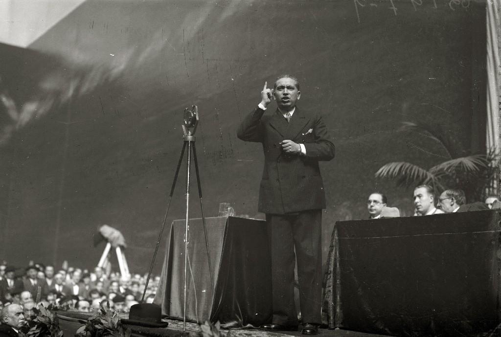 JOSE CALVO SOTELO HABLANDO EN UN MITIN EN EL FRONTON URUMEA. (Foto 5/5)