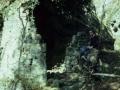 Oier San Martin Jaizkibel mendiko labe karegile baten aztarnen ondoan eserita