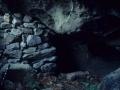 Cueva Aierdi con muro de cerramiento en el monte Jaizkibel