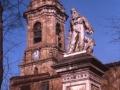 Monumento a Jose Maria Iparragirre y al fondo la iglesia de San Martín de Tours
