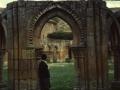 Mari Paz Ibeas, San Juan de Duero Monasterioko klaustroko arku erromaniko baten ondoan