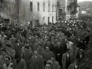 CORTEJO FUNEBRE POR LAS CALLES DE LA LOCALIDAD DE ASTIGARRAGA. (Foto 1/9)