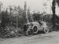 Automobilismo lehiaketako auto hondatuta errepide bazterrean