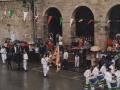 Mairuaren alardeko buruzagia zaldi gainean, eta, Alardeko bandera, herriko plazan