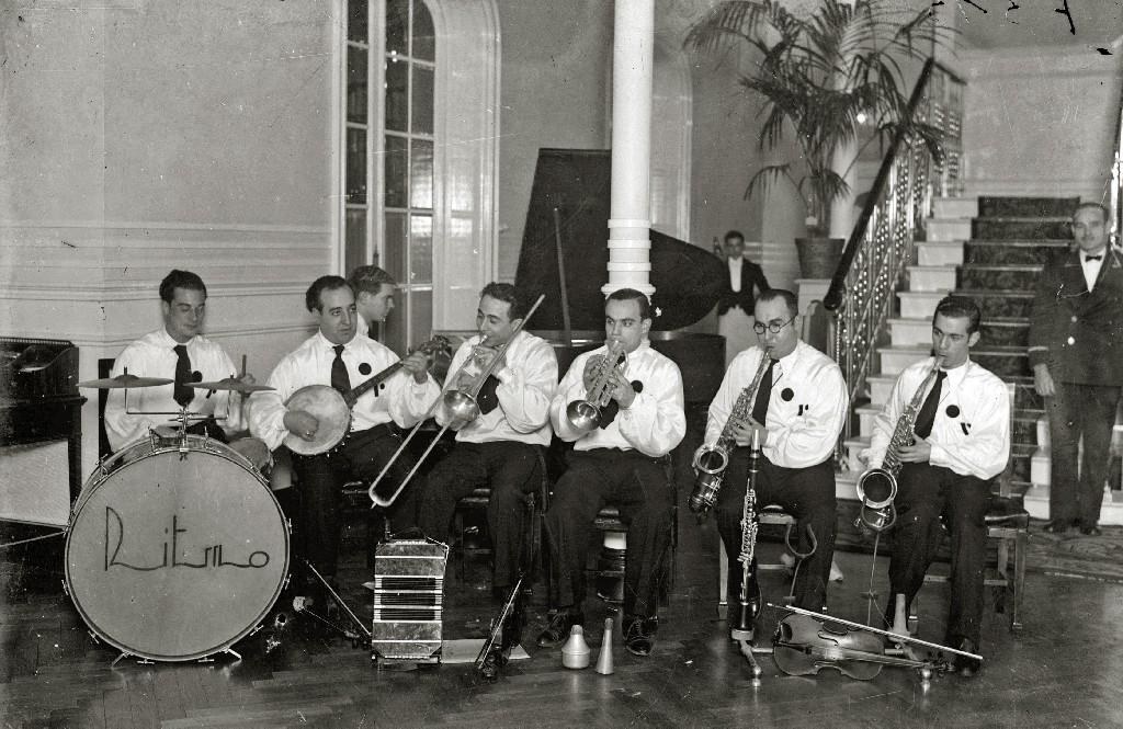 """ORQUESTA DE MUSICA """"RITMO"""" EN EL HALL DEL HOTEL CONTINENTAL. (Foto 1/1)"""