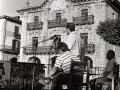 Mitin de Carlos Garaikoetxea en la plaza de los Fueros. Sentado a su izquierda, Inaxio Oliveri