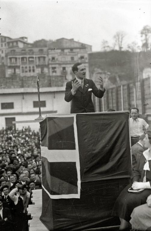 MITIN POLITICO CELEBRADO EN EL FRONTON DE  ATOTXA, CON MOTIVO DEL ABERRI EGUNA, EN EL QUE TOMAN PARTE JOSE ANTONIO AGUIRRE Y OTROS POLITICOS. (Foto 11/15)