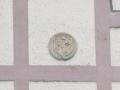 Lezesarri auzoko Altzibar baserrian dagoen zirkulu-formako armarria