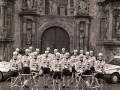 Equipo de ciclismo Gurelesa-Cegasa durante los actos de su presentación, delante de la portada de la Universidad de Oñati