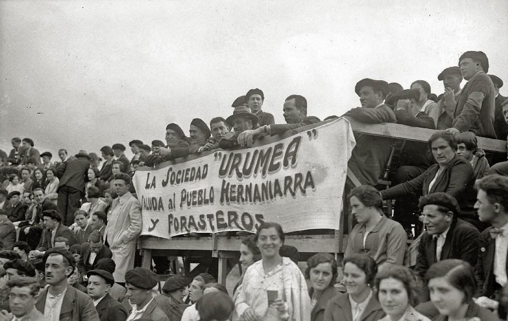 SUELTA DE VAQUILLAS EN UNA PLAZA DE TOROS PORTATIL DE HERNANI. (Foto 4/10)