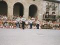 Taldea herriko plazan dantzatzen