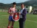 Entrega de un banderín de la sociedad deportiva Aloña Mendi al capitán del equipo de fútbol Sporting de Gijón