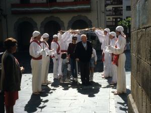 Dantzariak arkua eginez Juan Ignazio Iztuetaren senideei Santa Fe parrokia aurrean