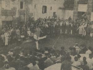 Luzaideko dantza taldea aurreskua dantzatzen Juan Ignazio Iztuetaren jaiotetxean bere omenaldia egunean