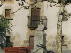 Zaldibiako plazan dagoen Juan Ignazio Iztuetaren oroipen-eskultura