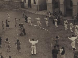 Dantzariak plazan dantzatzen eta, erdian, buruhandiak Santa Fe jaietan