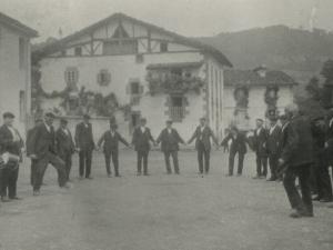 Soka-dantza Zaldibiako plazan